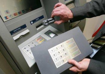 Как подделывают банковские карты для обналичивания